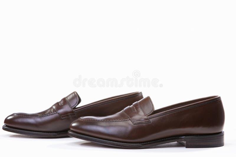 Fundo à moda de Brown Penny Loafer Shoes Against White fotos de stock