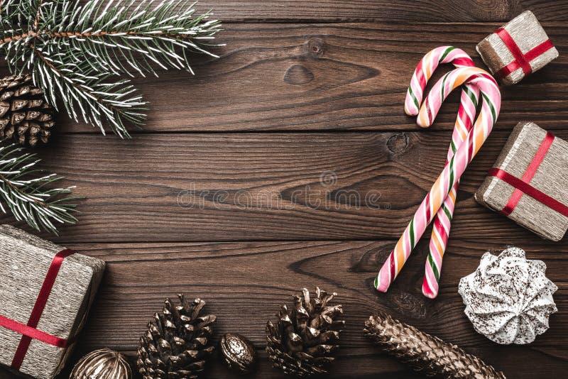 Fundo Árvore de abeto, cone decorativo Espaço de mensagem pelo Natal e o ano novo Doces e presentes por feriados Doces coloridos imagens de stock