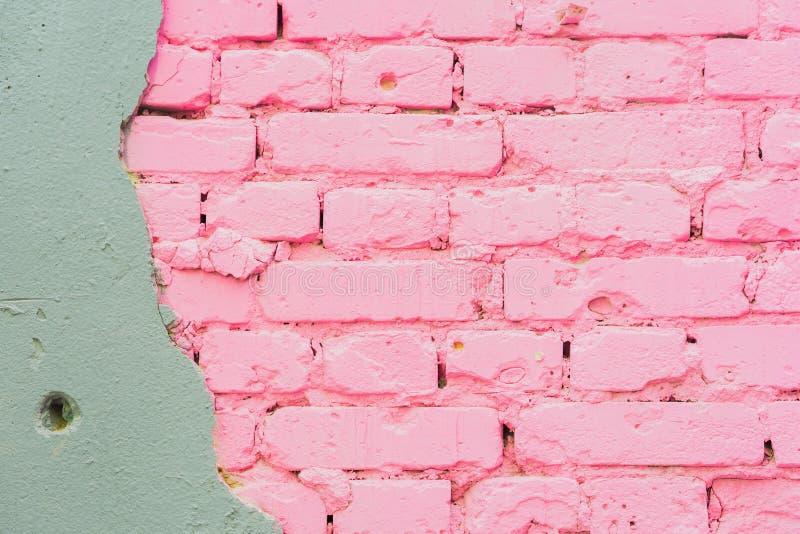 Fundo abstrato bonito do fundo urbano concreto e pintado da textura cor-de-rosa da parede de tijolo, espaço para o texto imagem de stock