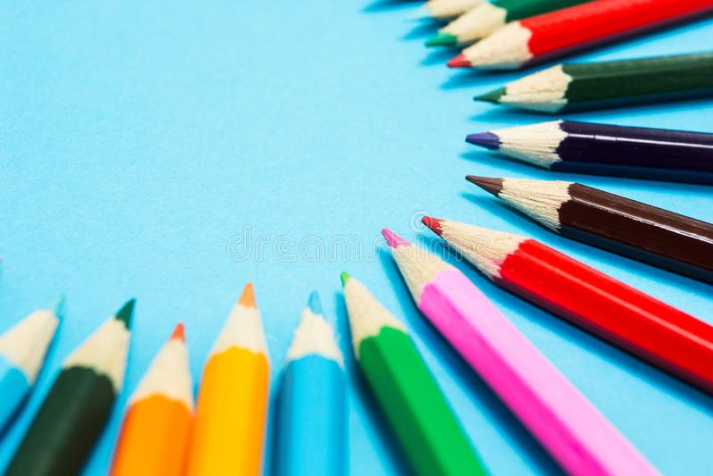 Fundo abstrato brilhante de l?pis multi-coloridos na forma de um c?rculo, vista superior Espa?o para o texto imagem de stock