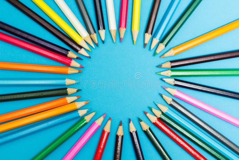 Fundo abstrato brilhante de l?pis multi-coloridos na forma de um c?rculo, vista superior Espa?o para o texto fotos de stock royalty free