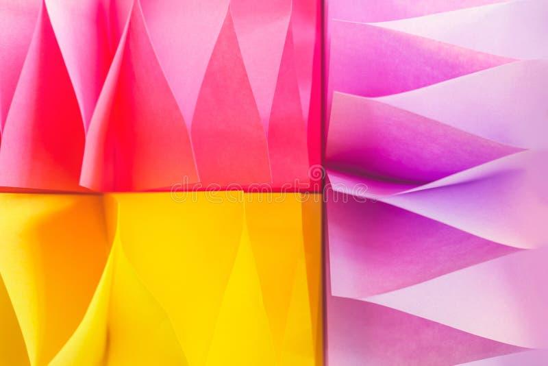Fundo abstrato colorido, feito das etiquetas de papel imagens de stock