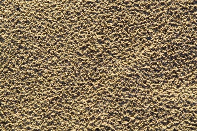 Fundo abstrato com a areia dourada com textura após a chuva imagem de stock