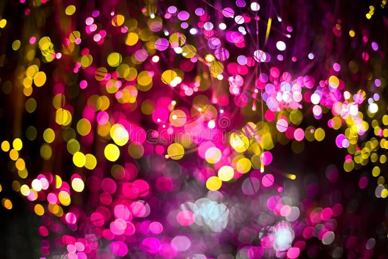 Fundo abstrato com cor magenta da textura do bokeh da fantasia e dourada roxa Fundo elegante do Natal fotografia de stock