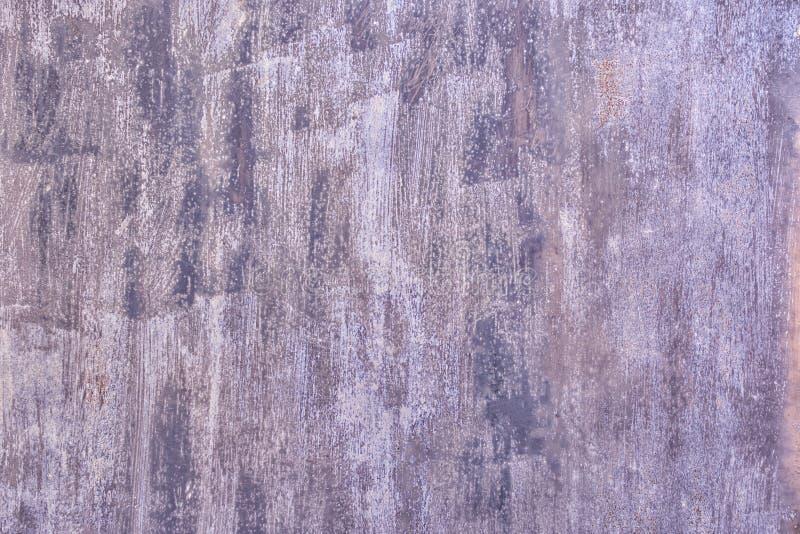 Fundo abstrato com lugar para o texto Cerca velha do metal pintada desigualmente com pintura violeta p?lida foto de stock royalty free
