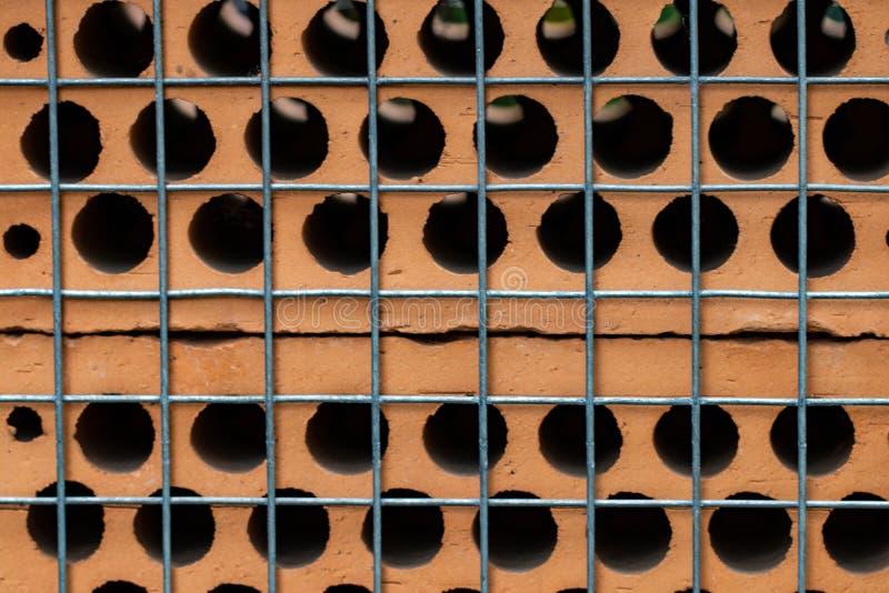 Fundo abstrato com os tijolos atrás do close-up líquido da cerca fotos de stock royalty free