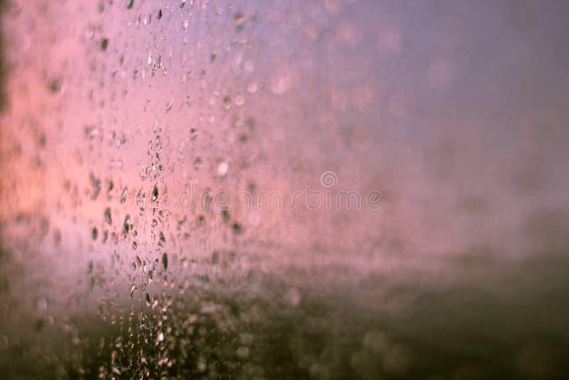 Fundo abstrato com pingos de chuva em uma janela imagem de stock royalty free