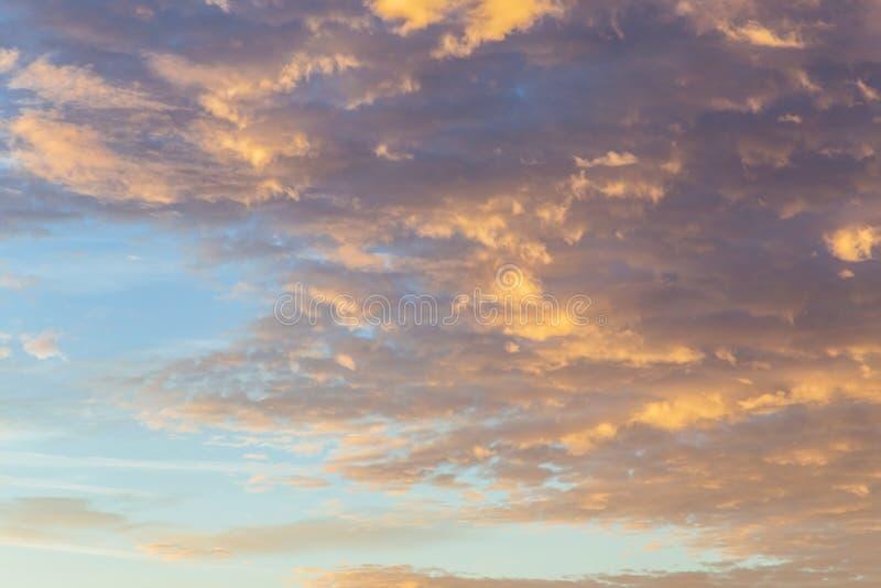Fundo abstrato com uma textura da nuvem no por do sol antes de um thun fotografia de stock