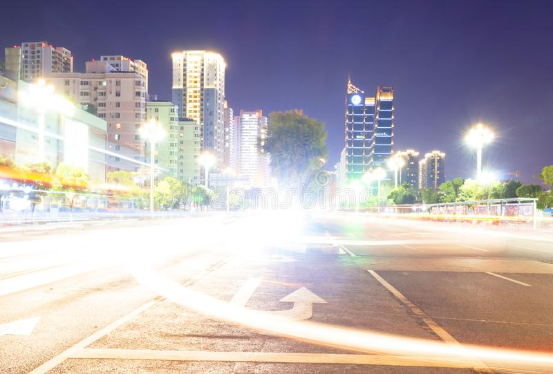 Fundo abstrato da luz do bokeh da noite da cidade com tom da cor do vintage da vinheta ajustado foto de stock