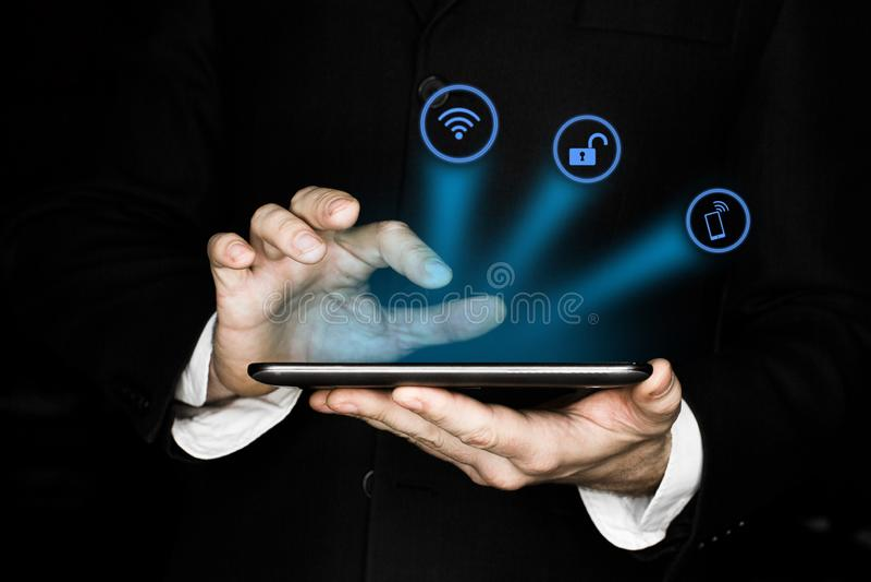 Fundo abstrato da tecnologia com a mão da pessoa que toca no diagrama circular complexo na tela virtual com cópia-espaço fotos de stock royalty free