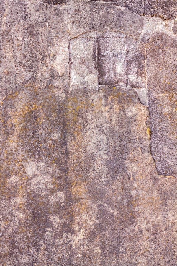 Fundo abstrato de uma parede rachada velha do cimento fotos de stock
