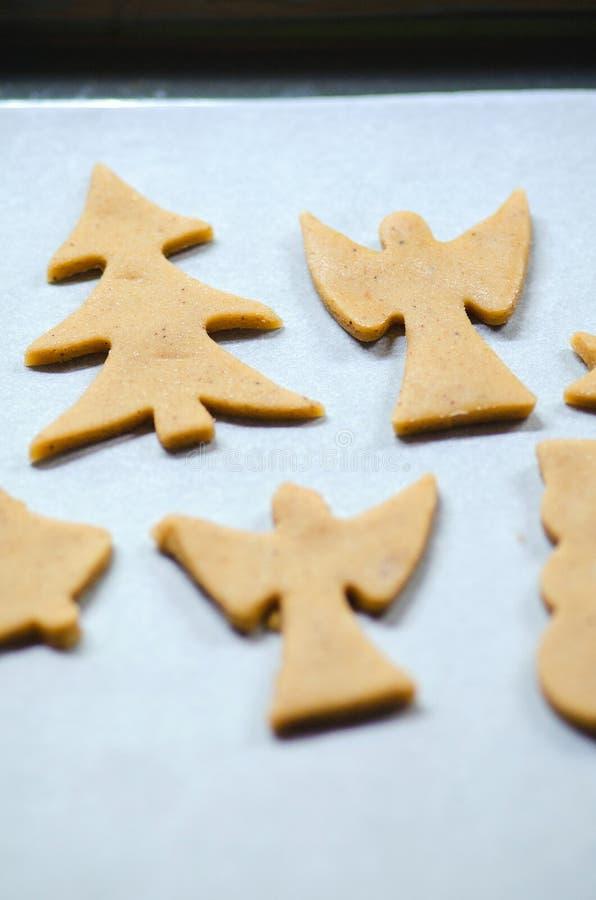 Fundo abstrato do alimento do Natal com moldes e farinha das cookies Cookies do Natal do cozimento - tabela, cortadores da cookie fotografia de stock