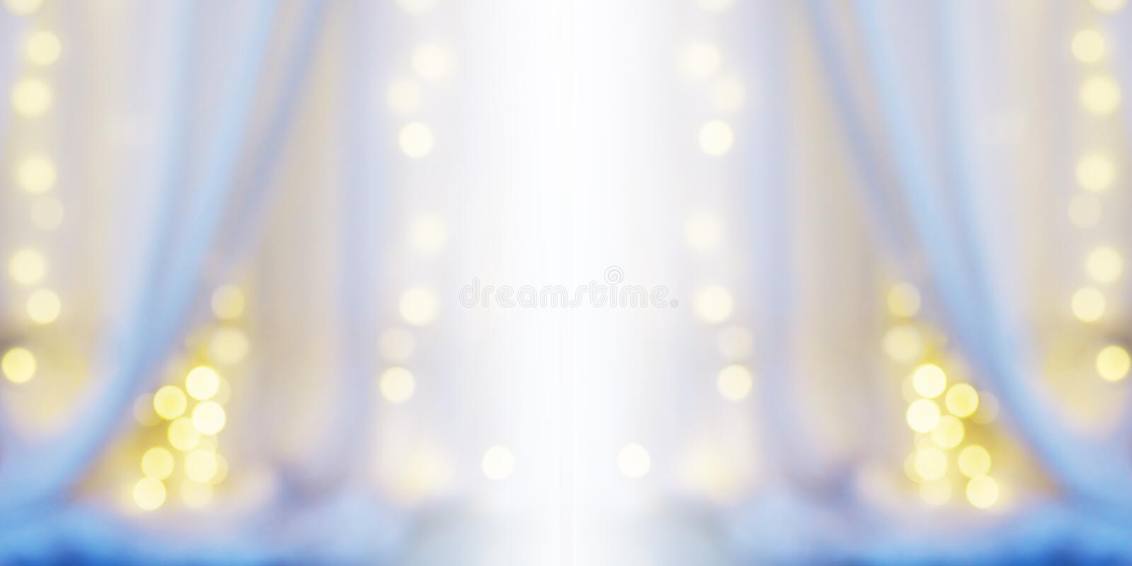 Fundo abstrato do borrão da cortina branca com bokeh da ampola fotografia de stock royalty free