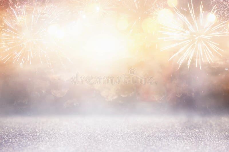 fundo abstrato do brilho do ouro e da prata com fogos-de-artifício Noite de Natal, 4o do conceito do feriado de julho foto de stock