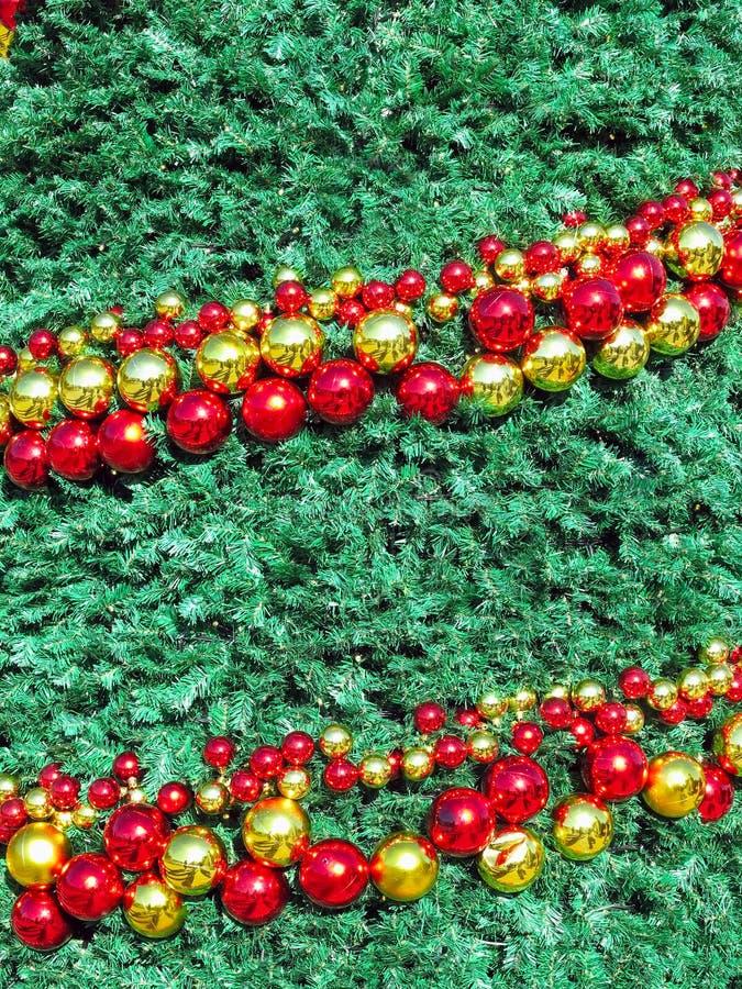 Fundo abstrato do Natal com as decorações brilhantes da bola no gre imagens de stock royalty free