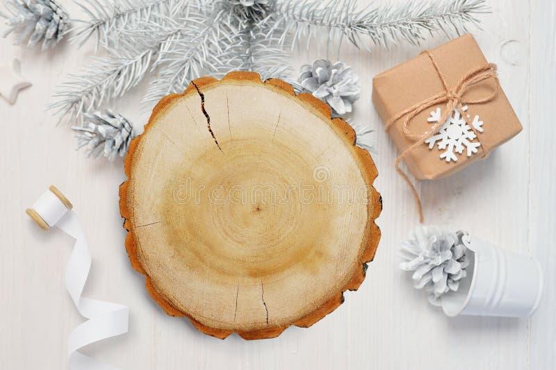 Fundo abstrato do Natal Folha de papel branca que encontra-se entre decorações pequenas na mesa de madeira branca Modelo liso da  fotos de stock royalty free