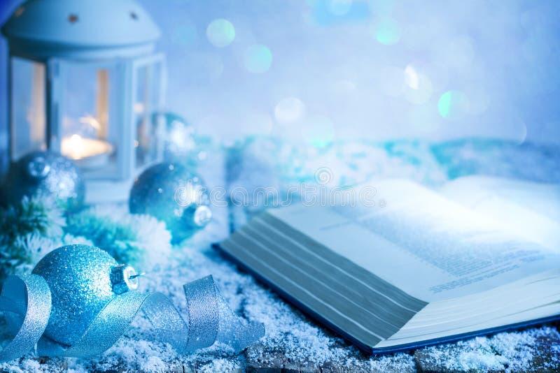 Fundo abstrato do ornamento da decoração do Natal com quinquilharias e lanterna da Bíblia na tabela vazia no azul imagem de stock royalty free