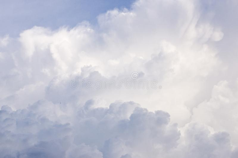 Fundo abstrato dos céus tormentosos dramáticos do cloudscape das nuvens imagem de stock