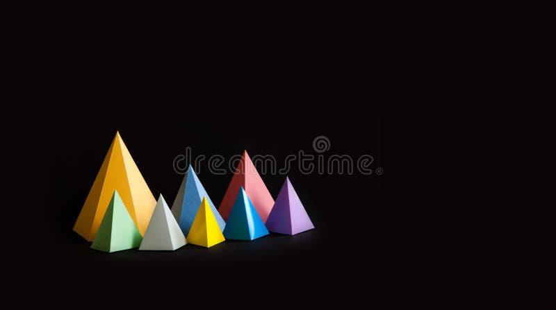 Fundo abstrato geométrico minimalistic multicolorido A forma brilhante do triângulo da pirâmide de prisma figura no preto Violet  foto de stock royalty free