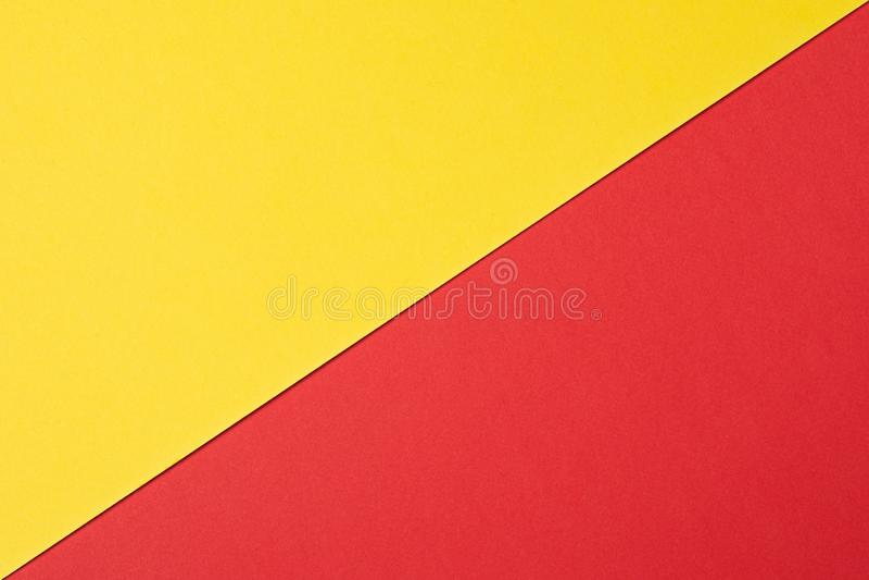 Fundo abstrato a textura da superfície plástica em vermelho e em amarelo Fundo de duas cores fotografia de stock