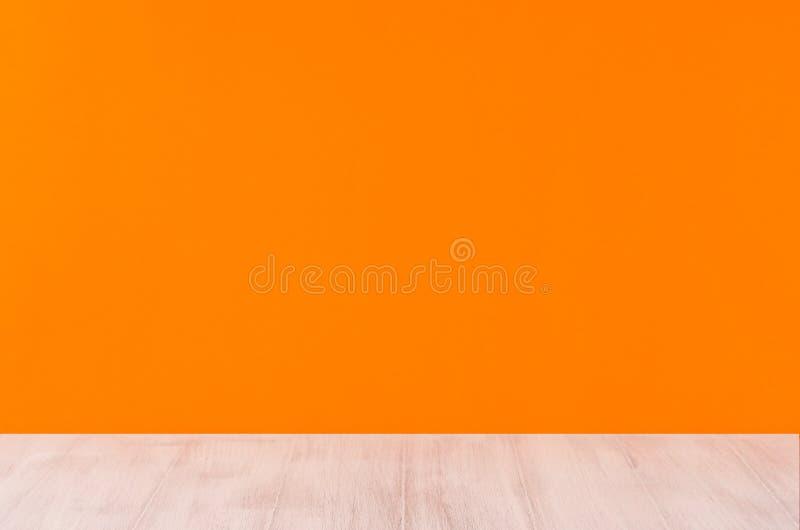 Fundo alaranjado do Dia das Bruxas com placa de madeira branca, perspectiva fotografia de stock royalty free