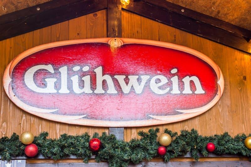 Fundo alemão do Natal de Gluehwein da etiqueta do sinal da tenda do mercado fotos de stock