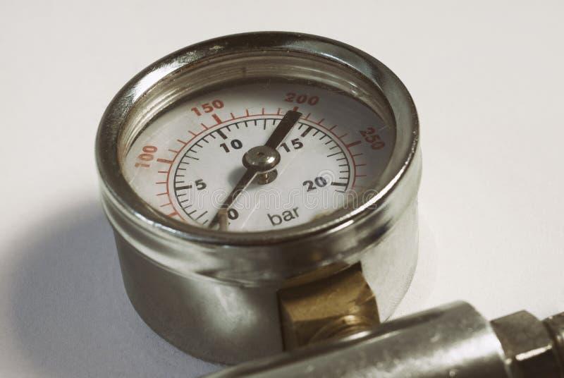 Fundo alto cromado do branco do close-up do medidor do sensor da pressão de gás do ar do calibre foto de stock