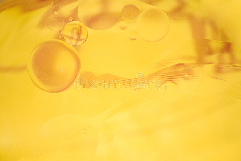 Fundo amarelo abstrato - petróleo na água imagens de stock royalty free