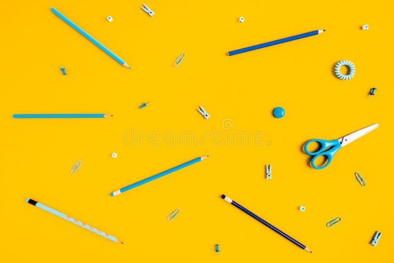 Fundo amarelo com penas e lápis para a propaganda da escola fotos de stock