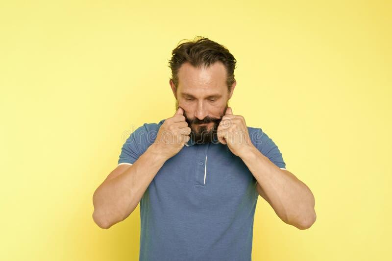 Fundo amarelo de tor??o farpado do bigode do homem Guia de prepara??o do bigode final Pensativo maduro consider?vel do moderno foto de stock