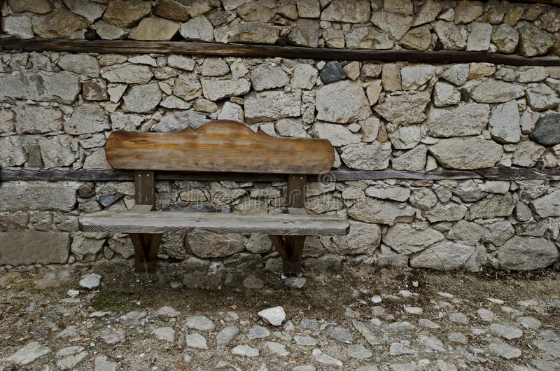 Fundo antigo da textura da parede de pedra com consolidação de madeira com banco, cidade Koprivshtitsa fotografia de stock