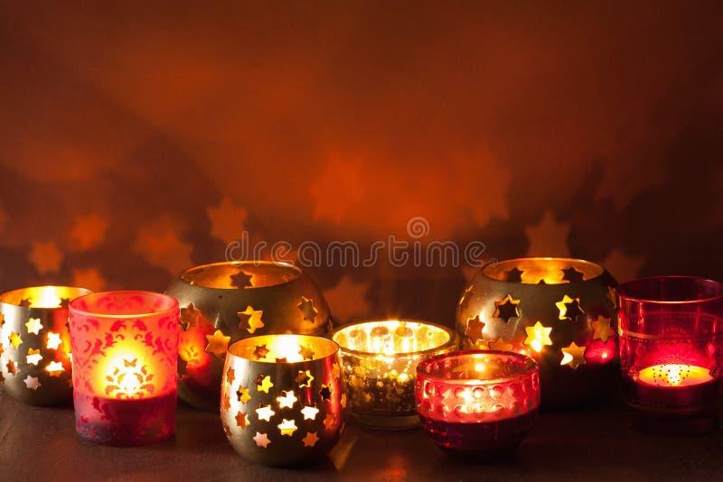 Fundo ardente das lanternas do Natal e das luzes da decoração imagens de stock royalty free