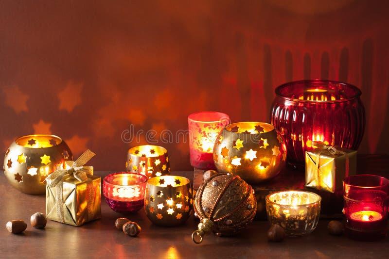 Fundo ardente das lanternas do Natal e das luzes da decoração fotografia de stock royalty free