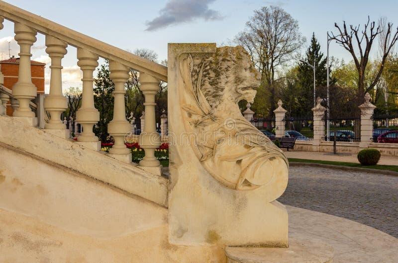 Fundo arquitetónico de uma balaustrada coberta pela efígie de um leão imagem de stock royalty free