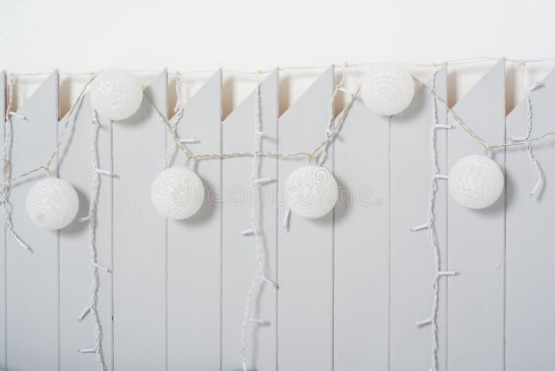 Fundo artístico abstrato: cerca e festões cinzentas decorativas fotos de stock