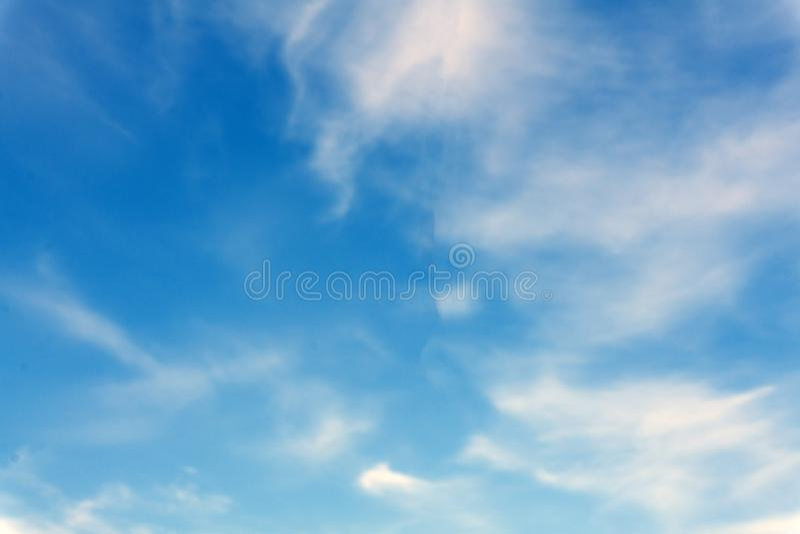 Fundo artístico abstrato com céu azul e as nuvens fumarentos translúcidas brancas fotos de stock