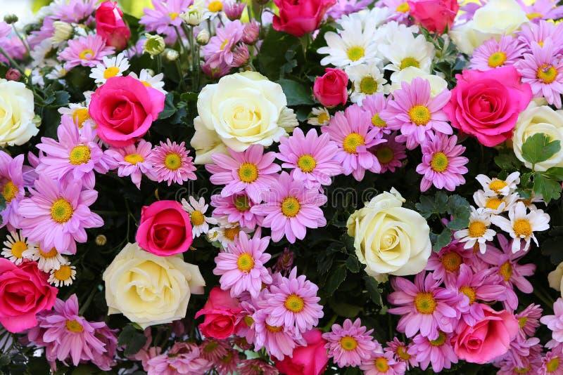 Fundo artificial bonito das flores do ramalhete fotos de stock