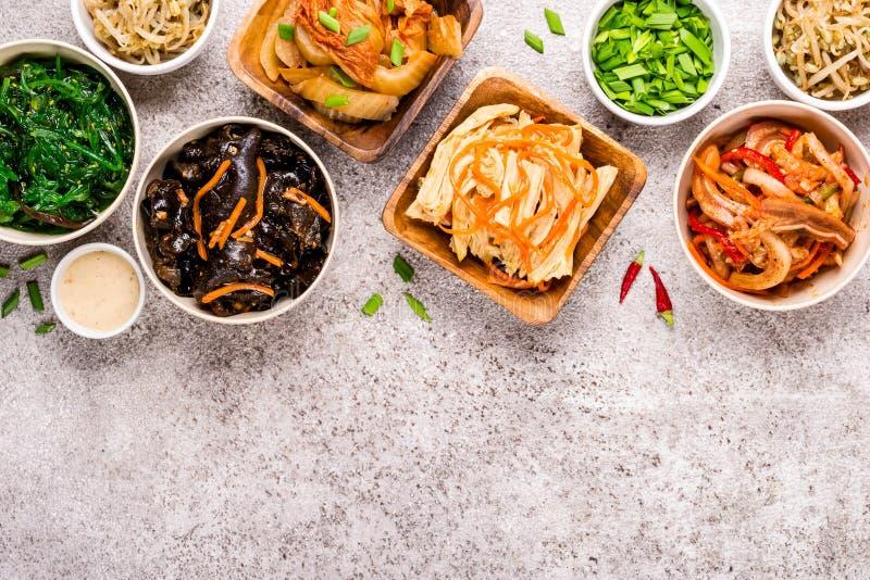 Fundo asiático do alimento Saladas coreanas e aperitivos conservados picantes e vegetais foto de stock royalty free