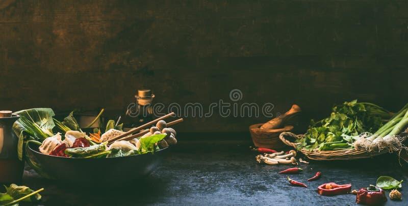 Fundo asi?tico do alimento Bandeja do frigideira chinesa com os ingredientes coloridos para o potenci?metro coreano do vegetarian imagem de stock
