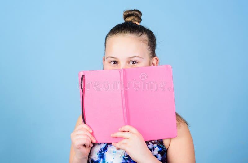 Fundo azul bonito do bloco de notas ou do diário da posse da menina da criança Memórias da infância Diário para o conceito das me fotos de stock