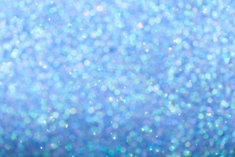 Fundo azul borrado com luzes efervescentes do círculo Bokeh glittery brilhante brilhante da festão do Natal Colorido escuro foto de stock royalty free