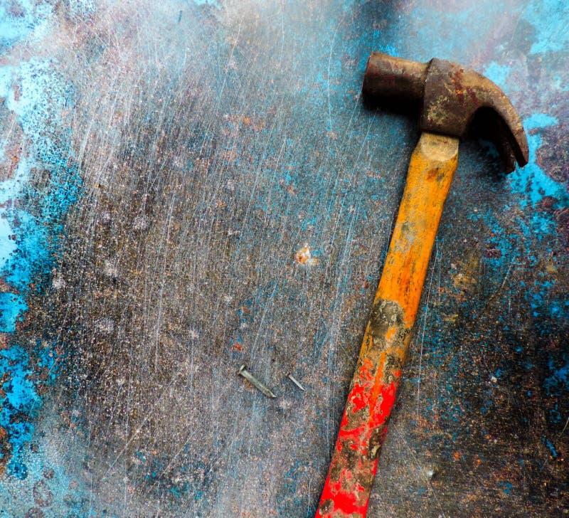 Fundo azul com martelo e pregos foto de stock