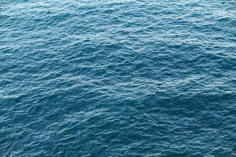 Fundo azul da textura da água da calma do mar Ondas claras fotos de stock royalty free