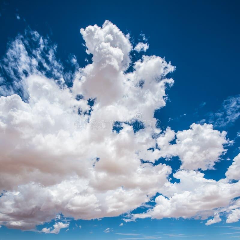 Fundo azul do céu nebuloso imagem de stock royalty free