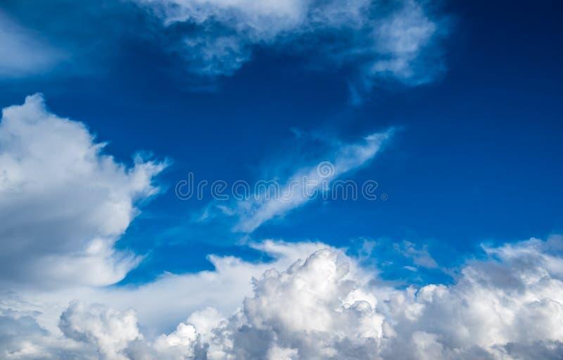 Fundo azul do céu nebuloso fotografia de stock