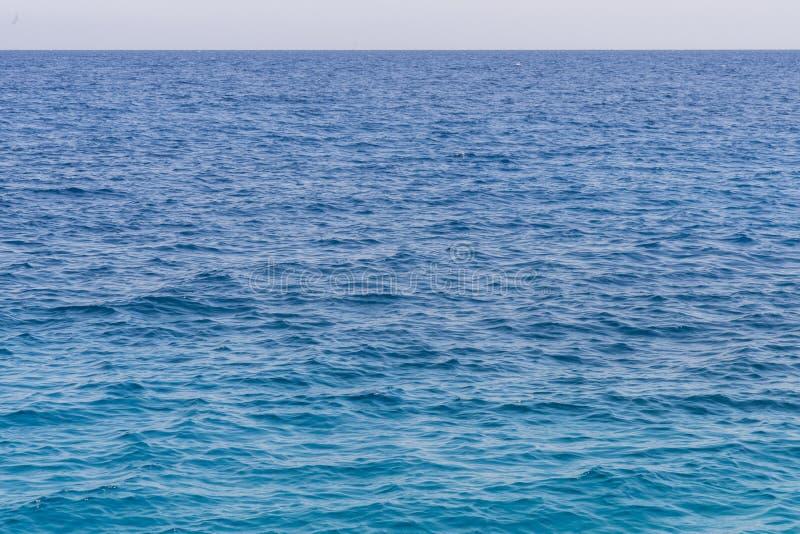 Fundo azul do mar Céu bonito e oceano ou mar azul Superfície azul do mar com ondas fotos de stock