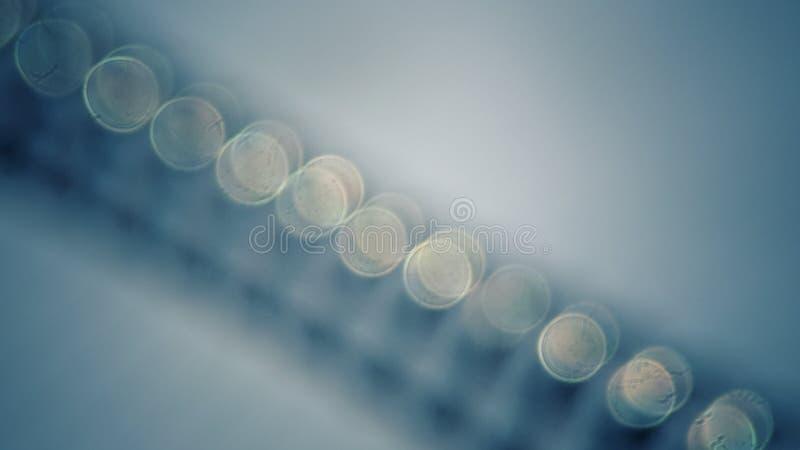 Fundo azul do tom de Bokeh, obscuro e granulado com filtro do vintage fotos de stock