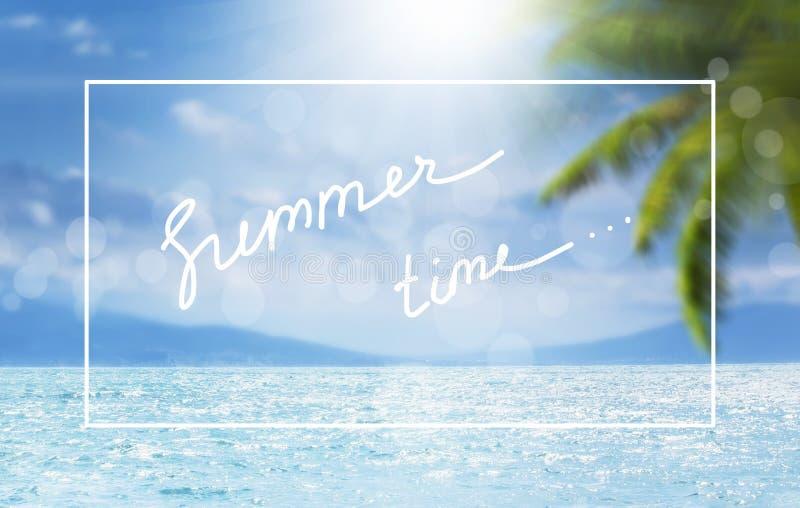 Fundo azul tropical marinho natural borrado do verão com folhas de palmeira e raios de sol da luz Quadro branco da beira, verão d fotos de stock royalty free