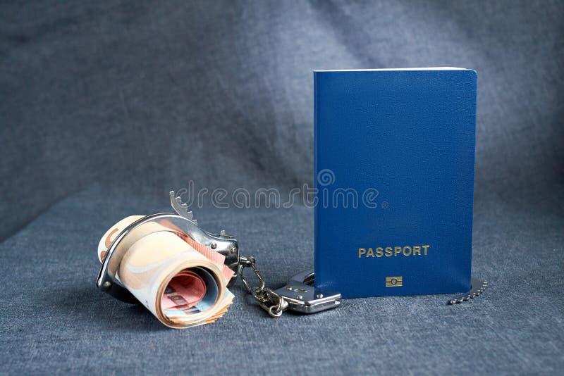 Fundo azul vazio do passaporte no fundo cinzento com do euro nas algemas a falta do conceito de dinheiro para o curso imagem de stock royalty free
