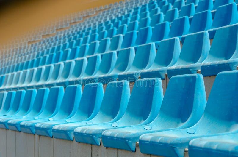 Fundo azul vazio dos assentos do estádio imagens de stock